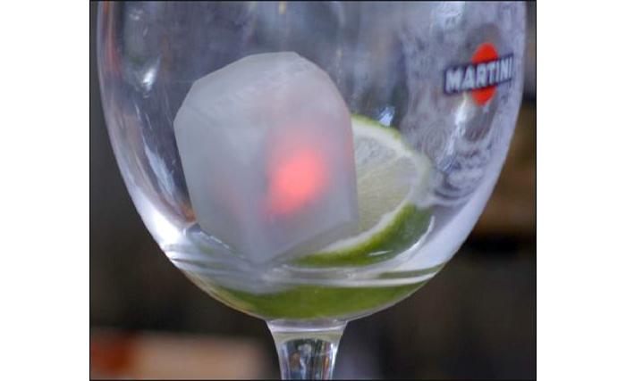 Cubitos de hielo inteligentes ordenan la bebida cuando los vasos se vacían